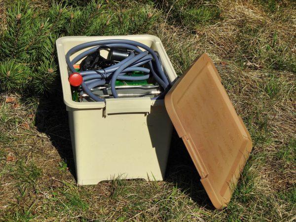 Kist met kampeerdouche op gas